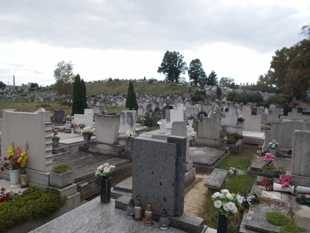 Holnaptól tovább lesznek nyitva a temetők