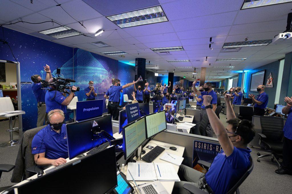 Ujjongó tudósok a NASA-központban – kirobbantottak egy darabot az aszteroidából