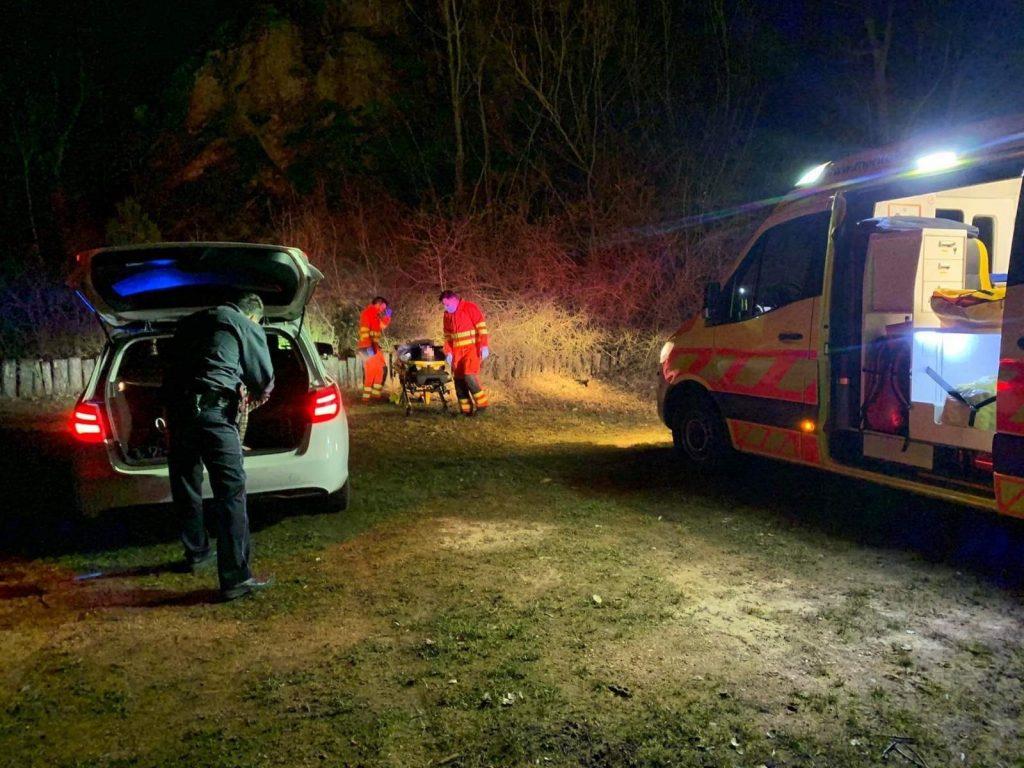Példaértékű, amit a járőrök tettek, miután megtalálták a földön összekuporodott férfit